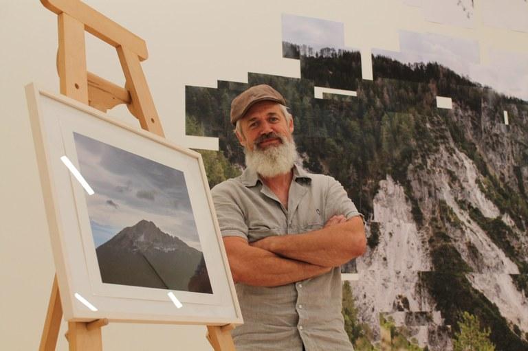 """Anlässlich der Ausstellung """"Michael Goldgruber. Traum.Land"""" ist eine limitierte Edition der Fotografie """"Massiv"""" aus dem Jahr 2020 erschienen. Die kleinformatige Ansicht des Ötschers ist im Museumsshop erhältlich."""