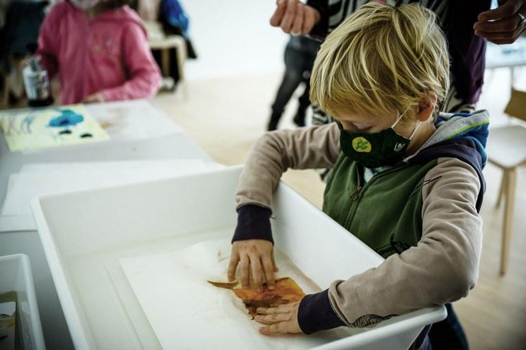 Papierarbeiten restaurieren, mit der VR-Brille eigene Ausstellungen kuratieren und riesige Seifenblasen steigen lassen - das alles und viel mehr war das 2. KINDER.KUNST.FEST der Kunstmeile Krems am Nationalfeiertag!