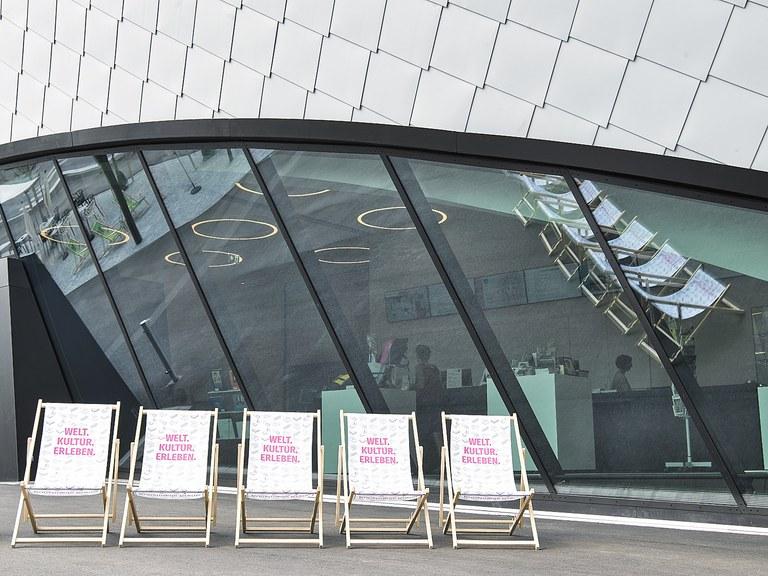 Diesen Sommer wird der Museumsplatz zum sommerlich-kreativen Hotspot in Krems: Kunst im öffentlichen Raum, Diskussionen, Mitmach-Aktionen für die ganze Familie, zahlreiche Ausstellungen, erfrischende Drinks und Leckerbissen laden zum Verweilen ein.
