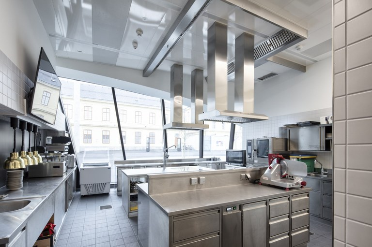 Die Gastwirtschaft bleibt geschlossen, aber die Küche des Museumsrestaurants Poldi Fitzka ist weiterhin in Betrieb: Im November können Sie sich alle Speisen abholen oder direkt nach Hause liefern lassen!