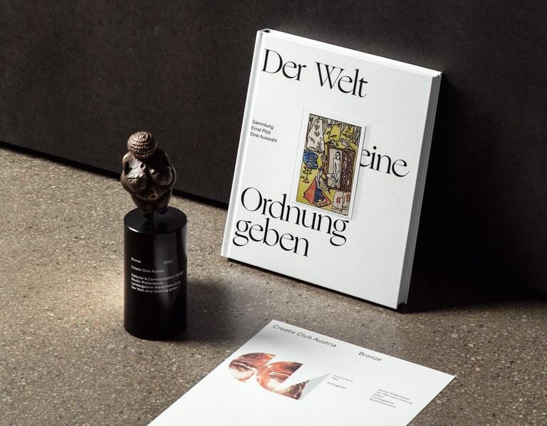 """Beim diesjährigen CCA-Award wurde der Katalog zur Ausstellung """"Schiele - Rainer - Kokoschka. Der Welt (m)eine Ordnung geben. Sammlung Ernst Ploil. Eine Auswahl"""" mit der Venus in Bronze ausgezeichnet. Für das Design des Katalogs zeichnete sich das Wiener Studio Riebenbauer verantwortlich."""
