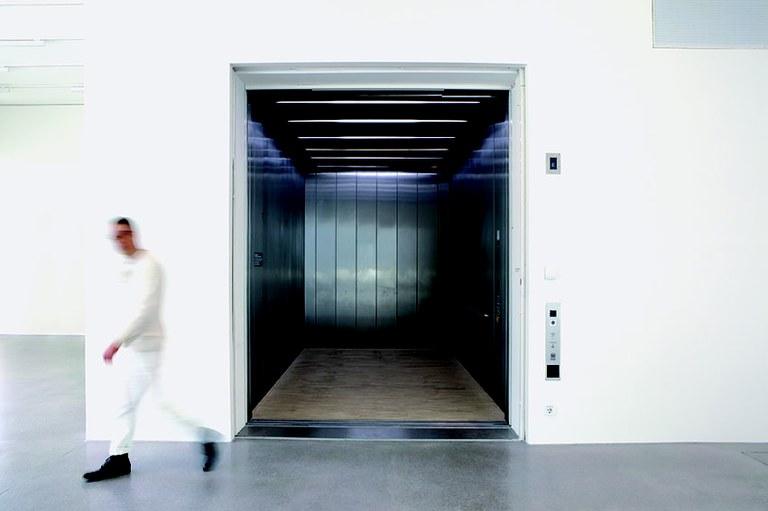 Die Klanginstallation im großen Aufzug der Landesgalerie Niederösterreich setzt sich mit gewohnten Bewegungsrichtungen der Menschheitsgeschichte auseinander, die von Beginn an horizontal erfolgt sind. Der Künstler Werner Reiterer ironisiert diesen Aspekt mit einem Überraschungsmoment für die Besucher/innen.
