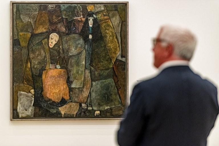 Zum heutigen Todestag von Egon Schiele zeigen wir Ihnen ein ganz besonderes Werk: Die Prozession aus dem Jahr 1911. Worum es in dem Gemälde genau geht, ist wohl der Interpretation jedes einzelnen überlassen, denn wir haben den Kurator, den Direktor und den Sammler dazu befragt und jeder der Herren hatte seine eigene Erklärung dazu!