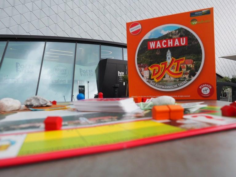 """Spielerisch und in geselliger Runde durch das Weltkulturerbe Wachau reisen: dafür sorgt die neue Sonderedition """"Wachau-DKT"""". Mit dem bekannten Wirtschaftsspiel """"Das kaufmännische Talent"""" werden die Städte, Sehenswürdigkeiten, Ausflugsziele, der Wachauer Wein, die Wachauer Marille und nicht zuletzt die Landesgalerie Niederösterreich auf unterhaltsame Weise beworben – und wie immer gewinnt der Spieler mit dem größten kaufmännischen Talent."""